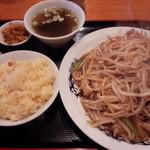 中華台湾屋台 三彩居 - 鶏肉ともやし焼きそば+半チャーハン\800