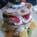 フルーツアイランド百果園 - パンケーキ3枚に、フルーツがどっさり!中にはクリームも、たっぷりです!