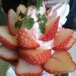 フルーツアイランド百果園 - 苺パフェ♪甘い香りが漂います!苺が贅沢に沢山♪