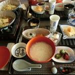 34864567 - 小鍋が煮えてます♪品数の多い朝食☆ お粥のお代わり自由。