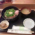 34867208 - ねぎとろ丼 1080円 小鉢、味噌汁付き