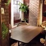 Asian Dining & Bar SITA - 入口左側のテーブル