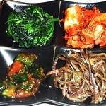 闘牛門 - チョイ盛り4種:ホウレン草ナムル、白菜キムチ、オイキムチ、ゼンマイナムル