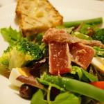 ザ・ステーキハウス - プロバンス風具だくさんのサラダ、グリルしたマグロ添え