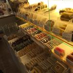 34874924 - ショーケースの向かいには焼菓子があります。