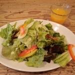34875430 - 自家製野菜ジュースとタップリ野菜サラダ