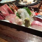 34875958 - 刺し盛り!                       イシダイ、アオヤギ、貝類などなど、                       珍しく新鮮な魚類が一杯。                       日本酒に、合う合う!ー