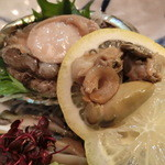 吉位寿司 - あわびのお刺身。レモンの中には「肝」が挟んであった!