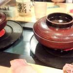 沼津魚がし鮨 流れ鮨 - カニ汁が運ばれる様子