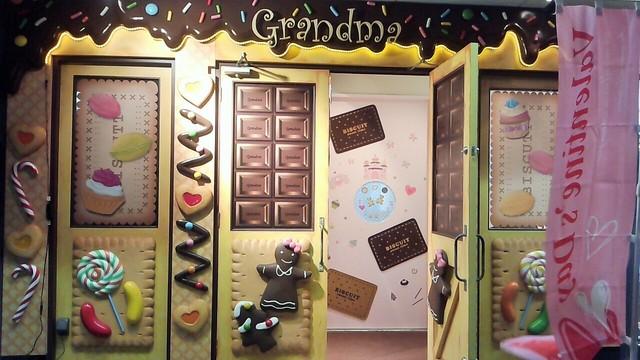 グランマ - まるで「お菓子の家」のような入口です。