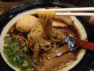 金久右衛門 道頓堀店 - 大阪ブラック<こだわり煮玉子入り>(850円)麺リフト