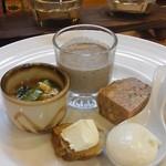 34879707 - 和食と洋食がコラボした前菜。いきなり日本酒が欲しくなりました。