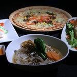 大陸食堂アジアンカフェ - 料理写真:コラーゲン餃子入りアジアン特製フォー、ぷりぷり海老の生春巻、チリソース、手づくりピッツァ