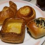 34882533 - 自家製のパンもなかなか美味い。