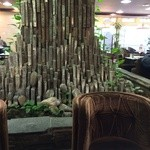 喫茶室ルノアール - 中央の池から聳える石柱