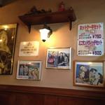 コーヒーハウス・サン - 内観写真:昔の外国映画のポスターが貼ってあり、レトロな感じが雰囲気よかったです。