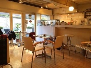 カフェ・マスミヤ - 16席の店内はアットホームな空間だ