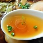 34893118 - 中華そばのスープは動物スープで魚介は感じない