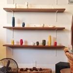 ニロ カフェ - 店内 反対側の壁棚もセンスのいい物の置き方をされています