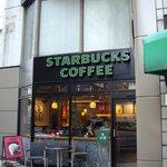 スターバックス・コーヒー - スタバ(代々木店):ビルの狭間の店構え