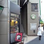スターバックス・コーヒー - 隣ビルの壁面にサイレン・ロゴを掲げる異色の構造