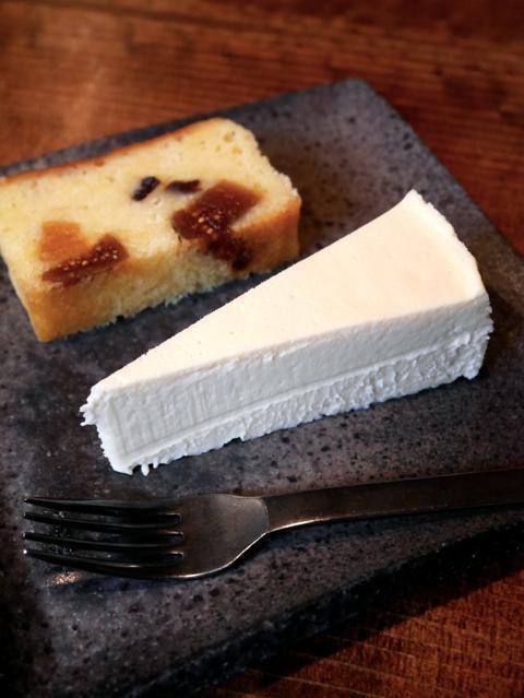 石かわ珈琲 - チーズケーキ/ドライフルーツケーキのセット 430円