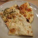 マハラジャスパイス - 左より明太子ナン・チーズナン?・チーズトマトナン