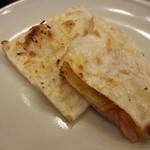 マハラジャスパイス - 左よりプレーナン・ベーコンチーズナン