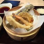 34911259 - 海鮮天婦羅定食 880円+消費税=950円                       すぐに出てくるが味は普通、海鮮ふりかけが美味しい