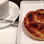 サンマルクカフェ - 料理写真:バターデニッシュ200円とモーニング利用なので+カフェラテ210円。