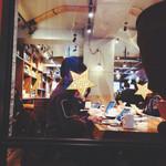 ネイバーフッド アンド コーヒー 代沢5丁目店 - メインホールの1番大きな机