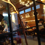 ネイバーフッド アンド コーヒー 代沢5丁目店 - ガラス越しに見るメインホール