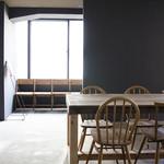 トリトンカフェ - グレイの壁がシックな雰囲気