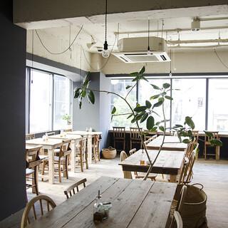 トリトンカフェ - 大きな窓がある開放的な空間