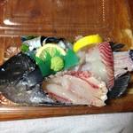 いさみ寿司 - 店主が自分で釣ってきたグレの刺身。持ち帰り。水曜日は店主が釣りに行かれるので、木曜日は釣った魚の料理がサービスされる可能性大。