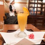 34924153 - オレンジ果汁とメイド姿のおねいさん