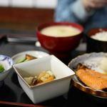 34924882 - 焼き魚(鮭)と小鉢