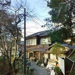 鹿鷺 - 旅館松本亭の佇まい。笠置山の山頂(標高289m)