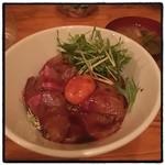 トロケの台所 - ハマチのユッケ丼。 ピリ辛、味濃いめ。 夜でもランチみたいな定食が食べられる。