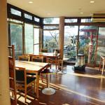 鹿鷺 - 飾らない食堂的な店内。ガラス越しの景色がキレイ。