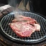 焼肉太郎 - お肉を焼いています