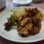 中国料理 梨杏 - 鶏もも肉の唐揚げ 黒酢ソースがけ