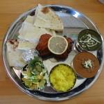 タージマハル - タージマハールスペシャルランチ(サグチキンカレー、ダールカレー、チーズナン)