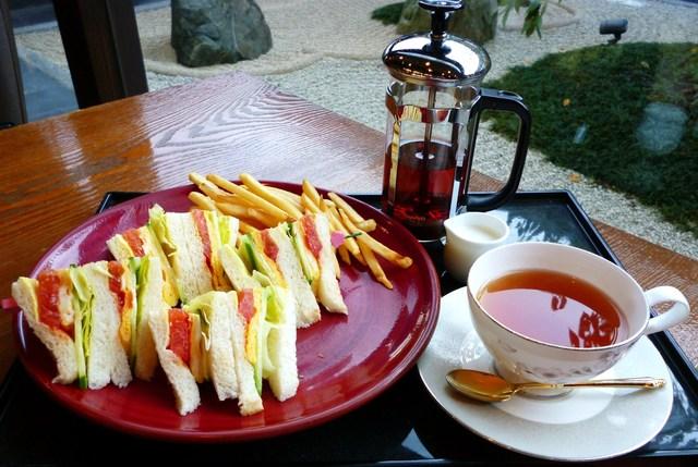 桜珈琲 泉佐野店 - サンドセット: 焼きたてたまごと野菜のサンド 桜ダージリン