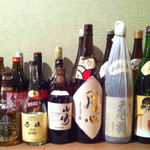 橙 - ここはさほどでもないが、日本酒、焼酎の瓶が至る所に並ぶ (2015-02-09)