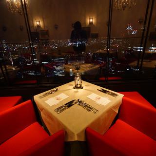 夜景パノラマが広がるデート向きのロマンチックな空間