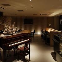 ワ カフェ エイム - ピアノ越しのビッグテーブル