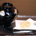 香炉庵 茶寮 - わらび餅と塩昆布が付いてきます