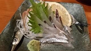 えん蔵 - サヨリの刺身 390円。