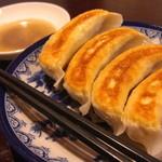 餃子の花家 - 料理写真:当店の看板メニューは上富良野産のラベンダーポーク使った焼き餃子。まずは、何も付けずに一口どうぞ。